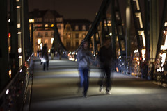 Ghostly joggers / Geisterhafte Jogger /    (S. Ruehlow) Tags: bridge streetart night tour nacht frankfurt brcke frankfurtammain stadtfhrung sachsenhausen ffm fototour eisernersteg frankfurtam gefhrtefototour nchtlichebeleuchtung