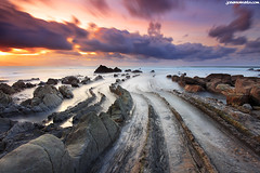Tiamat (Joserra Irusta) Tags: longexposure sunset sea costa sun mist seascape sol colors clouds landscape atardecer coast mar shorelines wind paisaje viento colores cliffs nubes niebla hitech basquecountry paisvasco efecto acantilados barrika efect largaexposicion rompiente joserrairusta canoneos1740f4l canoneos5dmkii wwwjoserrairustacom reverse2stops lineasdecosta
