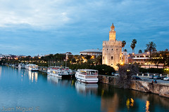 La Torre del Oro (Juan Miguel) Tags: longexposure espaa reflection sevilla spain guadalquivir europa europe seville bluehour largaexposicin juanmiguel horaazul sonyalpha700 sony16105