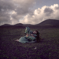 Midnight lullaby (LauraBallesteros) Tags: sleeping portrait texture textura girl clouds project seahorse chica sleep retrato dream dreaming sueos nubes dreams rocking sueo fineartphotography proyecto durmiendo balancin soar soando 52weeks midnightlullaby 52semanas lauraballesteros