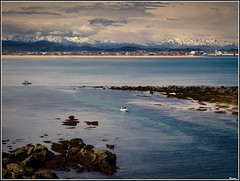 Mañana de sol en la costa cantabra. (RosanaCalvo) Tags: españa sol europa barcos gente nieve playa nubes rocas cantabria montañas loredo rememberthatmomentlevel1 rememberthatmomentlevel2 rememberthatmomentlevel3