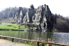 Externsteine hinter Wiembecketeich von Norden 01 (Stefan_68) Tags: lake rock germany deutschland see pond owl nrw fels teich nordrheinwestfalen felsen ostwestfalen teutoburgerwald externsteine lippe sehenswrdigkeit northrhinewestphalia hornbadmeinberg pilgersttte lipperland wiembecketeich treppenfelsen turmfelsen grottenfelsen wackelsteinfelsen
