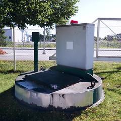 The hatch with guard and emergency light. (neppanen) Tags: sampen discounterintelligence helsinki helsinginkilometritehdas suomi finland piv50 pivno50 reitti50 reittino50 hatch luukku thehatch