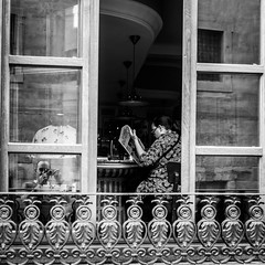 Reading selfies (Javi Calvo) Tags: javicalvo newspaper salamanca book callecompaia clerecia cursofotografia fotografiadecalle fotografiaurbana lectura libro reading spain streetphotography
