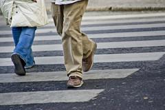 Fotgjengere i fotgjengerfelt (Bymiljetaten) Tags: abstrakt fotgjenger gangfelt gangoverfelt illustrasjon illustrasjonsbilde illustrasjonsfoto illustrasjonfoto illustrasjonsbilder bruker folk menneske mennesker person personer