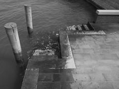scalini (conteluigi66) Tags: pontile scalini gradini scendere salire laguna mare acqua onde schiuma attracco bricola venezia pavimento pavimentazione luigiconte nikon d5200 monocrome monocromatico bn bw biancoenero