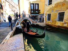 VENEZIA. (FRANCO600D) Tags: venezia venice venedig veneto italia italy italie bellitalia canale gondola gondoliere approdo turismo turisti ponte riflessi calle centrocittà canon eos600d sigma franco600d 3248 15 67 nordest