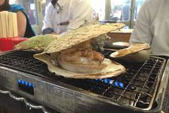 195/366 : Grilled Scallops (hidesax) Tags: apple japan tokyo shinjuku scallops grilledscallops   365project amiyaki 195366 366project isoyaki hidesax  iphone6plus 366project2016