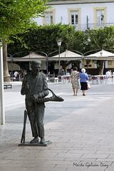 Vendedor de marisco (martagaldi) Tags: mar marisco cadiz sanfernando plazadelrey estatua mujeres personas