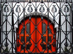 Behind Bars (Roel Wijnants) Tags: fotografie denhaag her souterrain ingang metaal deur bescherming haags hofstad siersmeedwerk smeedwerk roel1943 roelwijnants hofstijl roelwijnantsfotografie haagseportretten haagspraak
