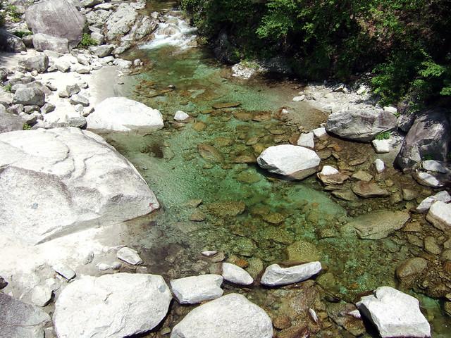 尾白川のエメラルドグリーンの水がとてもきれい|尾白川渓谷