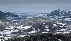 Blick aufs Unterland (Nataraj Metz) Tags: schnee trees winter mountain snow mountains alps tree berg forest montagne germany bayern deutschland bavaria europa europe european dale snowy nieve hill valle vale berge mount val german valley rbol alemania neige monte alpen montaa wald bume allemagne arbre mont baum tal deutsch oberstdorf europea gebirge allgu valle hgel europen oberallgu europeo grnten europenne allgueralpen europisch alpmountains sllereck kornau