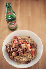 Chinese Wok (deathtiny42) Tags: red food chicken beer rouge pepper chinese noodles chinois blanc nourriture poivron bière wok poulet tsingtao nouilles
