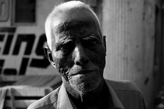 (Sbastien Pineau) Tags: street portrait blackandwhite bw india man blancoynegro raw noiretblanc retrato madras portraiture chennai hombre tamilnadu homme inde tamoul  sebastienpineau
