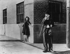 Scne de la remise en libert (Charlie Chaplin: du muet au parlant) Tags: film 1936 archive charlot rue cinma charliechaplin gamine bfi paulettegoddard photofilm tempsmodernes filmmuet remiseenlibert