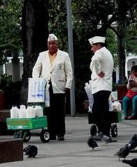 Caf con leche (magellano) Tags: bolivia caf leche plaza piazza square caff vendedor seller ambulante gente people candid 24deseptiembre tradicion milk cortadito cappello hat santacruzdelasierra coffee