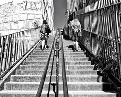 Escalier vers le ciel en cuir/Stairway to Montmartre-Heaven (floressas.desesseintes) Tags: paris montmartre treppen stairs escalier frauen women femmes jungefrauen youngwomen jeunefemmes mdchen girls jeunefilles rock skirt jupe leder leather cuir streetfotografie schwarzweis