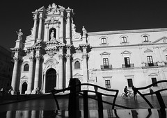 Siracusa (Robert-Jan van Lotringen) Tags: siracusa ortiega ilaty italia sicily sicilia duomo piazza bicycle baroque terrace cocktails contrast tourism travel black white mono monochrome noir blanc schwarz weiss bianco nero bw monument architecture square street sun