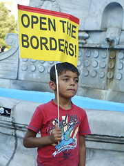 (Jabatophoto) Tags: open borders thessaloniki grecia greece refugee refugiado caravana protest placard nio boy