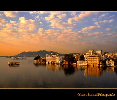 Sunset on the Pichola lake (Olivier Simard Photographie) Tags: sunset india landscape lac reflet ciel paysage rajasthan udaipur coucherdesoleil inde reflects pichola hindouisme indou nikond90 oliviersimard mygearandme mygearandmepremium mygearandmebronze mygearandmesilver mygearandmegold mygearandmeplatinum mygearandmediamond oliviersimardphotographie httpelephantravelcom