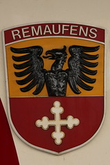 Gemeindewappen - Wappen der Gemeinde Remaufens am TPF Transports publics fribourgeois Triebwagen BDe 4/4 121 mit Taufname Remaufens ( Baujahr 199x => Ehemals GFM ) am B.ahnhof B.ulle im Kanton Freiburg - Fribourg in der Schweiz (chrchr_75) Tags: train de tren schweiz switzerland suisse suiza swiss eisenbahn railway zug sua locomotive fribourg transports christoph svizzera freiburg mrz chemin centralstation sveits fer locomotora tog juna lokomotive publics lok sviss ferrovia tpf zwitserland sveitsi spoorweg suissa locomotiva lokomotiv ferroviaria  gfm 1303 locomotief kanton chrigu  szwajcaria verkehrsbetriebe rautatie   2013 zoug trainen fribourgeois  chrchr hurni kantonfreiburg chrchr75 chriguhurni kantonfribourg chriguhurnibluemailch albumbahnenderschweiz2013162 freiburgische albumtpftransportspublicsfribourgeois