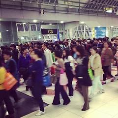 มหาชนคนจีน หลายกรุ้ปทัวร์ที่มาร่วม Flight เดียวกับผมเป็นร้อยคน เยอะจนน่าตกใจ อาจจะเป็นอานิสงค์ของหนัง Lost in Thailand ที่ดังที่จีน ดีครับเงินไหลเข้าไทย แต่พฤติกรรมของคนจีนระหว่างบินมาน่ากลัวมาก โหวกเหวก โวยวาย เครื่องกำลังจะลงยังเดินไปมา สงสารแอร์ที่ดูแล