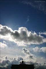 IMG_9905 Der Himmel (Ina Hesmer Fotografie) Tags: berlin himmel wolken sky clouds stadt city weite sehenswrdigkeit brandenburger tor brandenburg gate