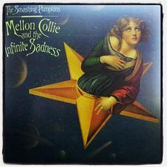 น่าจะเป็นอัลบั้มที่ฟีนที่สุดแล้วของ วงขยี้ฟักทอง อยู่ในยุคที่รุ่งเรื่องที่สุดของวง ดนตรีครบเครื่องที่สุด เอ็มวีที่น่าจดจำเต็มไปหมด #thesmashingpumpkins #melloncollieandtheinfinitesadness #แต่เดิมมีเทป #ไม่มีเครื่องเล่นละ #ได้กลับมาฟังอีก