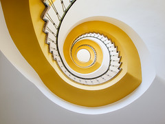 back to the fifties (Maximilian Zimmermann) Tags: treppe treppenhaus stairs staircase stadt kassel 50er jahre 1950er wendeltreppe curve gelb yellow gelnder handrail architektur architecture explore explored gelbe