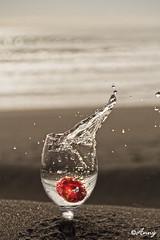 Meira sull í fjötunni (Anný) Tags: water splash glas ísland sjór rautt vatn suðurland 18135 rauður anný canoneos60d annygud