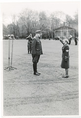 Vidkun Quisling og NS-kvinne p Slottsplassen. (Riksarkivet (National Archives of Norway)) Tags: worldwar2 secondworldwar quisling krigen vidkunquisling andreverdenskrig okkupasjonstiden