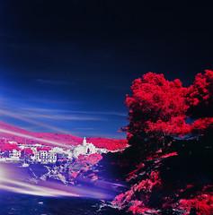 Maldita entrada de luz... (santisss) Tags: hasselblad infrared cadaques expiredfilm infraredcolor infrarojos hasselblad503cx aerochrome planar80 infraroig planart80