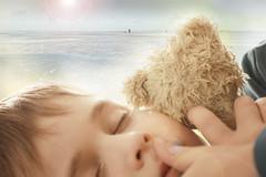 Welltraum (O.I.S.) Tags: hsweltraum traum trumen kind teddy dream child boy dreaming sea meer wellen waves