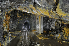 Croisement et voie ferre dans un roulage (flallier) Tags: carrire souterraine ciment underground cement quarry roulage concrtions silhouette rails voieferre voietroite chemindefer croisement calcite prompt calcaireargileux railroad