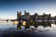 Castell Caernarfon (i.m.j.) Tags: blue reflection castle wales landscape dawn coast cymru scenic tourist unesco worldheritagesite gwynedd castell caernarfon ironring caernarvon canon1022mm imj arfordir canon7d