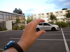 Illusion (Louve Solitaire) Tags: car hand main voiture illusionsdoptique