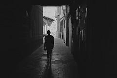 El Final. (A.Ayuso) Tags: blanconegro blackwhite blancoynegro noiretblanc streetshot strasse strase streetshoot bwstreetphotography street streetphoto urbana urban tremp lleida catalua espaa spain callejeros calle candidphoto callejeando back backsides rue callejn contraluz pasaje