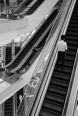 Always Upwards? (TablinumCarlson) Tags: rolltreppe mann man men escalator moving staircase stairway stairs treppe einkaufszentrum shoppingmal singapur singapore lion city garden red dot asien asia far east leica m8 m 28mm summicron republic    orchard street streetphotography ion