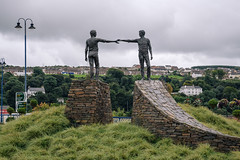 Hands Across the Divide (Poul_Werner) Tags: derrylondonderry gislevrejser nordirland northernireland 53mm busferie ferie travelbycoachorbus londonderry unitedkingdom gb