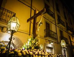 Quinto misterio: Jesús muere en la Cruz (Frankness2008) Tags: santa españa canon eos noche huesca gente zoom jesus personas cruz nocturna aragon cristo tamron 18200 semana cristiano rostro jaca catolico callejera