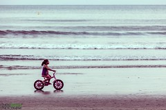 Paseo en Bicicleta.- (Pablin79) Tags: sea summer sky people seascape reflection beach water bike bicycle brasil skyline digital canon eos reflex kid sand holidays waves afternoon shore 5d pipa camboriu markii sunse canoneos5dmarkii 5dmkii pabloreinsch pabloreinschphotography pablin79