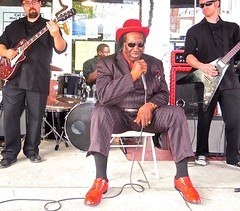 Dig Dem Red Shoes ....  watch: (Shein Die) Tags: jukejointfestival shoes red streetscene streetphotography clarksdale theblues livemusic