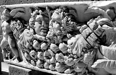 Urna romana, Orvieto (Mattia Camellini) Tags: mattiacamellini analogue analog analogico film35mm biancoenero blackandwithe kodakd76 kodaktmax100 olympusom1 zuiko1850mm japanlens archeologia urnaromana bassorilievo scultura marmo vintagecamera vintagelens manuallens