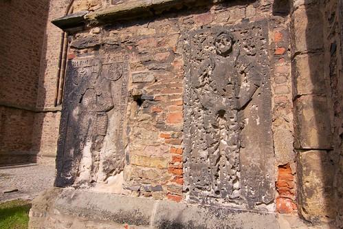 Zniszczone płyty nagrobne w południowej ścianie kościoła śś. Piotra i Pawła w Strzegomiu