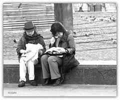 1464   Se han perdido (Ricard Gabarrús) Tags: mujer ciudad personas mujeres callejeando turista callejero ciudadanos ricgaba ricardgabarrus