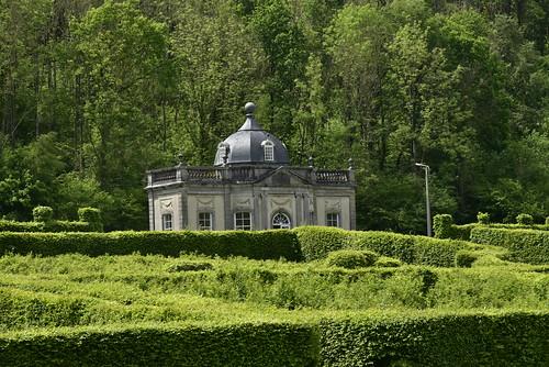 Le Pavillon Rococo émergeant de la nature verte