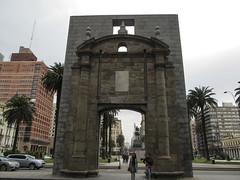 """Montevideo: la porte de la Vieille Ville <a style=""""margin-left:10px; font-size:0.8em;"""" href=""""http://www.flickr.com/photos/127723101@N04/29638668832/"""" target=""""_blank"""">@flickr</a>"""