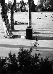 Annecy, Francia.  Olympus Pen EES-2. Fujicolor 200.        olympustrip35repair.wordpress.com (olympus_trip_35_repair) Tags: olympus olympuspen olympuspenees2 zuikolens camaracompacta compactcamera halfframe pointandshoot focuszone analogic analgico cmaraanalgica analogvibes analogique camaraanalogica fotografiaanalgica analog analogicomolamas todaviadisparoenalogico filme film filmisnotdead carrete believeinfilm asa200 blackwhite blancoynegro biancoenero noiretblanc pretoebranco annecy france lago lac fuji fujifilm fujicolor