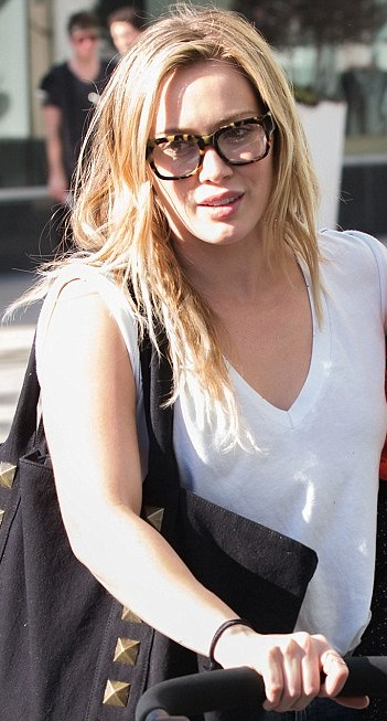 Hilary Duff Wearing Glasses Always Looking Stunning Girls With Glasses Gallery Tags