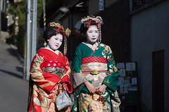 Geishas, Gion, kyoto. (gringerberg) Tags: geisha asia asie  ne pas manquer voir absolument canon eos 6d french photographer femme gringerberg photography gion   70200 mn f4 usm l japan japon nippon pays du soleil levant land rising sun travel picoftheday personnes costume